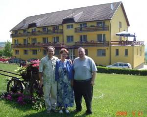 Lucian impreuna cu familia Nicu si Valentina Dan, administratori la Herghelia