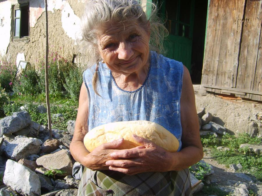 VEZI VIDEO – Doneaza o paine pentru batranii strazii (doar 3 Lei)
