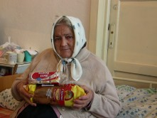 Doneaza alimente pentru batranii strazii cu ocazia Sarbatorilor de Iarna
