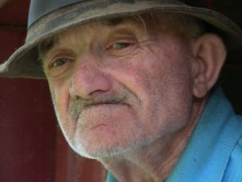 Donează lemne de foc pentru 54 de bătrâni ai nimanui