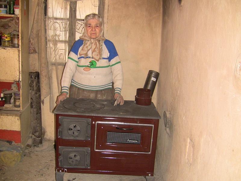 VEZI VIDEO – O batranica singura si saraca a primit o soba de foc si lemne pentru iarna