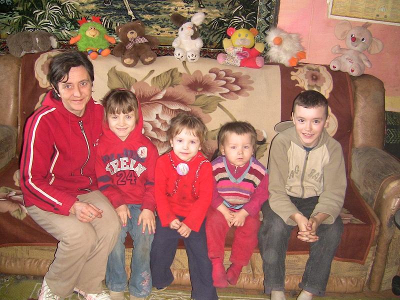 VEZI VIDEO – O mama singura cu 4 copii a primit o soba si lemne de foc pentru iarna