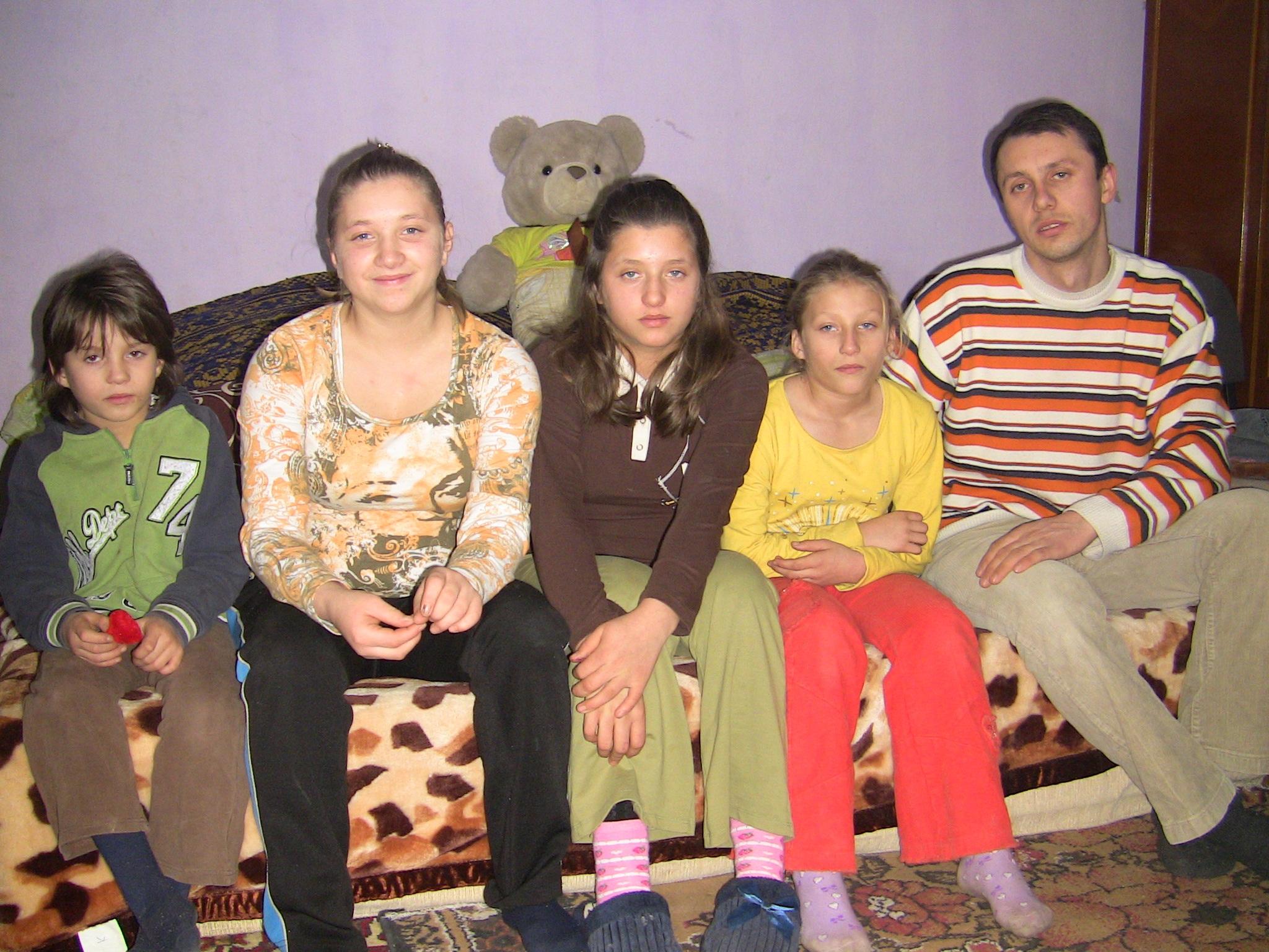 VEZI VIDEO – 4 fetite orfane de ambii parinti au primit o locuinta noua si lemne de foc