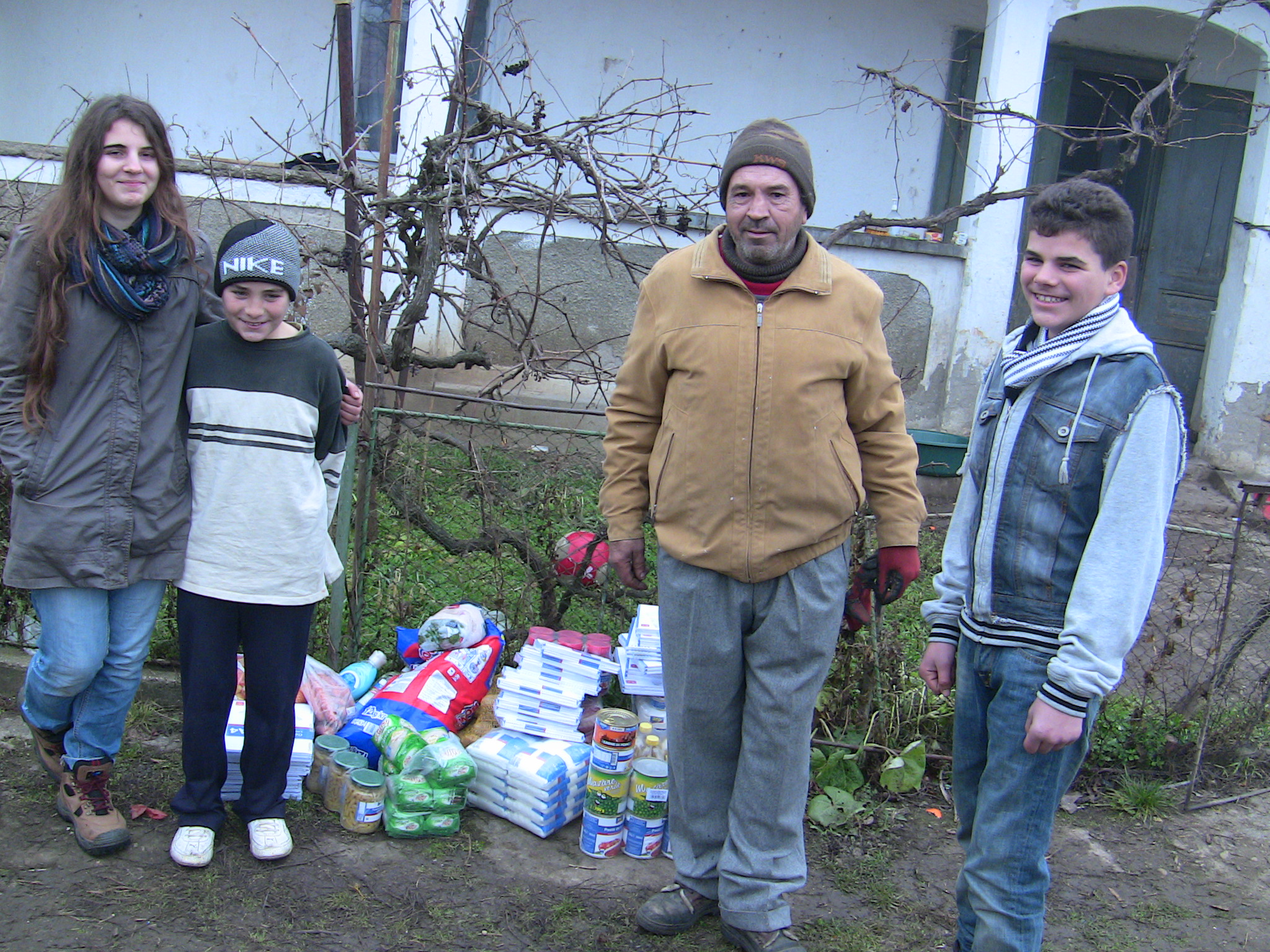 VEZI VIDEO – Peste 400 de persoane sarace au primit alimente de Sarbatori