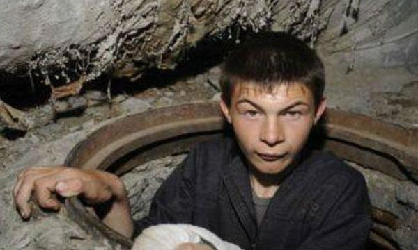 VEZI VIDEO – Peste 100 de copii si oameni ai strazii au primit o masa calda de Sarbatori