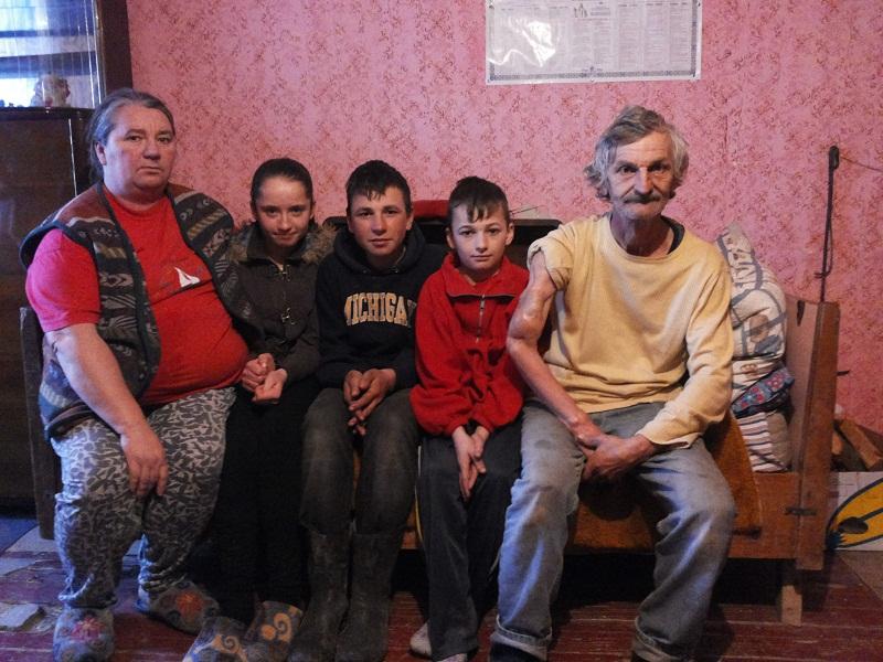 VEZI VIDEO – O familie saraca din jud. Timis a primit lemne de foc si o soba