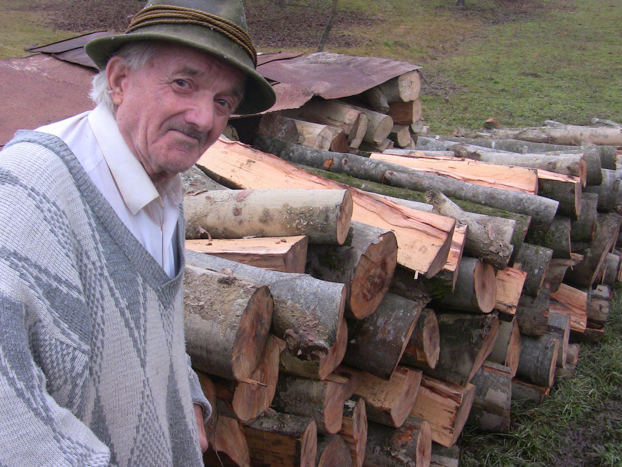 VEZI VIDEO – 15 familii sarace si batrani singuri au primit lemne de foc pentru iarna